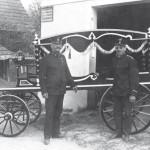Der Leichenwagen und seine Erbauer Franz Lepuschitz (links) und Franz Willitsch (rechts)